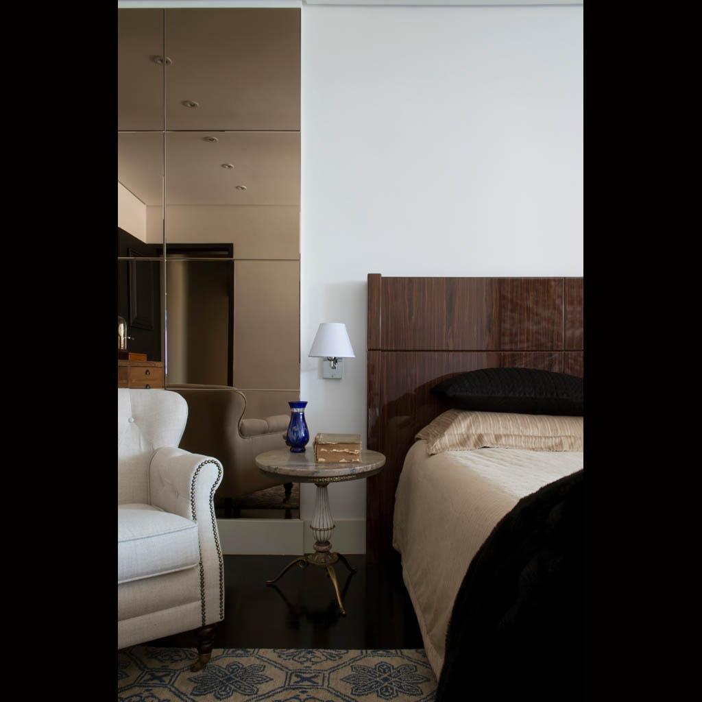 No quarto, os tons sóbrios e neutros, como o branco, o preto, o bege e o cinza, estão em móveis e objetos de design clássico