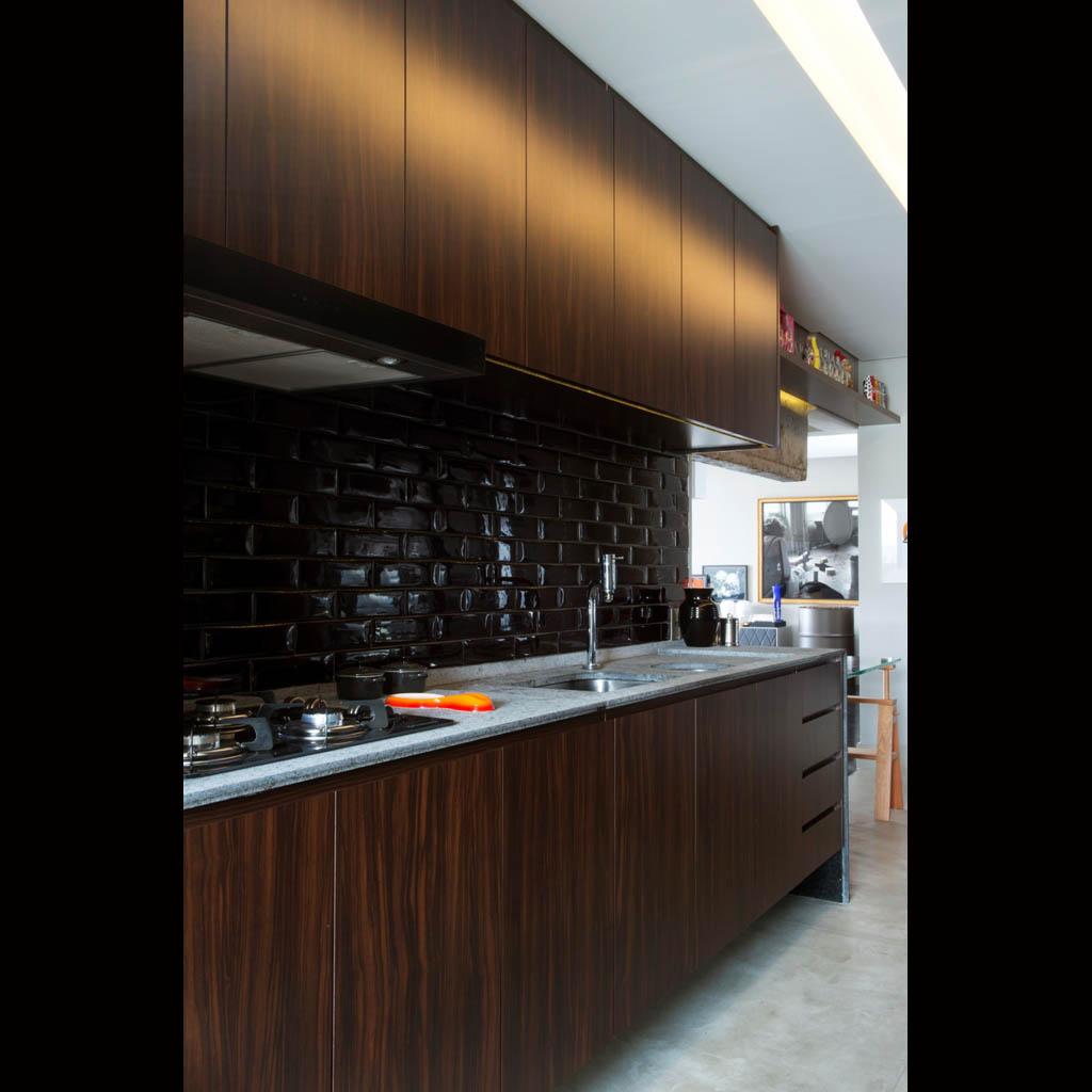 da cozinha no padrão Jatobá e o revestimento da parede preto  #966835 1024 1024