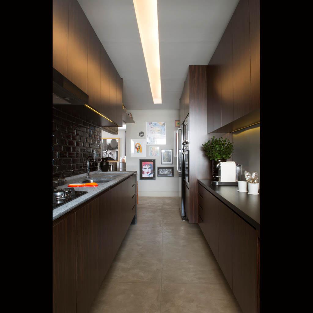 A cozinha ganhou iluminação indireta com lâmpadas fluorescentes embutidas no teto