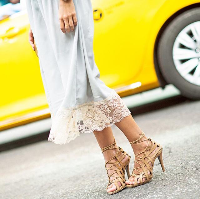 As sandálias de amarração se tornaram objeto de desejo da temporada