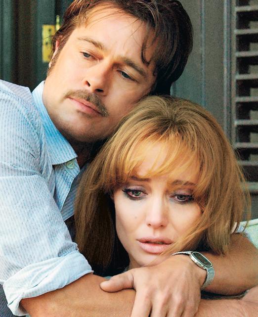 Em À Beira Mar, Angelina Jolie e Brad Pitt vivem um casal em crise à procura de uma juventude que não lhes pertence mais