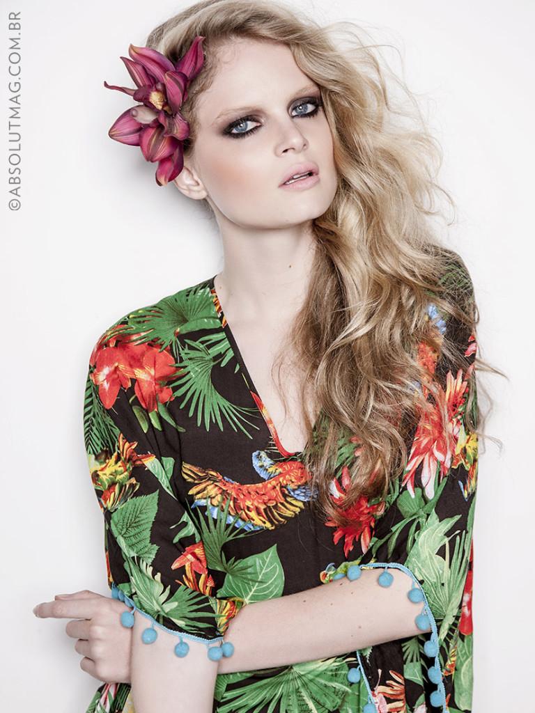 Aposte no cabelo com ar praiano e flor lateral para arrasar na estação